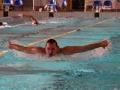Un nageur en brasse papillon