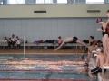 Un nageur plonge dans l'eau