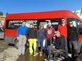 Toute la section de ski alpin devant le minibus d'Handisport Lyonnais
