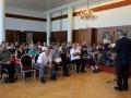 Les bénévoles et les champions écoutent le discours du président Gérard ROTH
